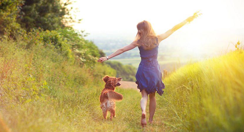 Mulher e cachorro ao ar livre