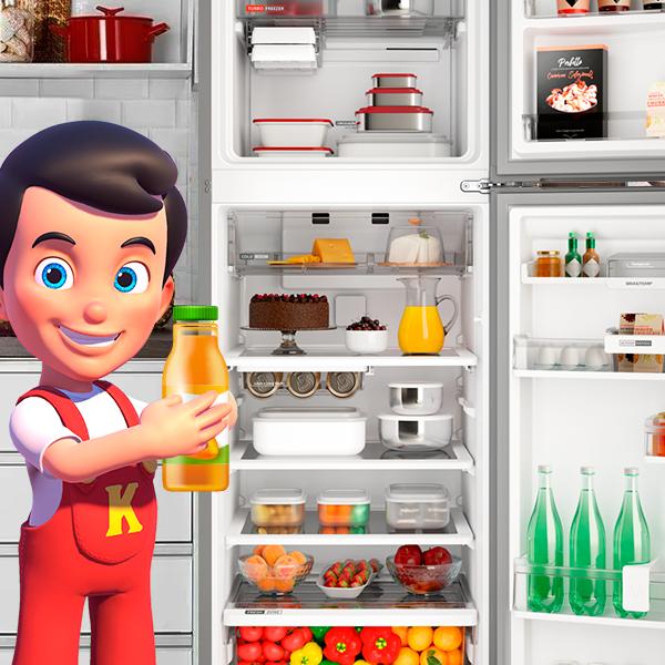 Kerito segurando garrafa em frente a geladeira
